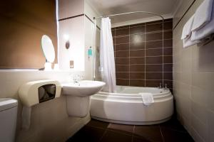 A bathroom at Best Western Queens Hotel
