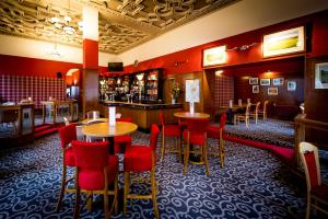 The lounge or bar area at Best Western Queens Hotel