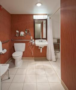 A bathroom at Holiday Inn Washington-Central/White House, an IHG Hotel