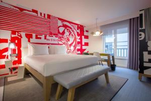 سرير أو أسرّة في غرفة في Radisson RED Brussels