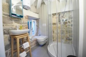 A bathroom at Pylon Rooms