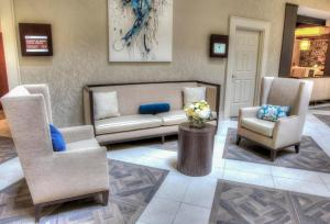 A seating area at DoubleTree Suites by Hilton Atlanta-Galleria