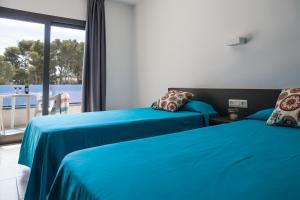 Een bed of bedden in een kamer bij RVHotels Apartamentos Treumal Park