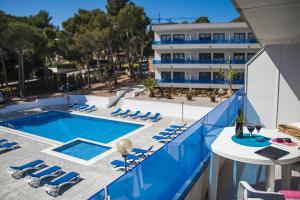 Uitzicht op het zwembad bij RVHotels Apartamentos Treumal Park of in de buurt