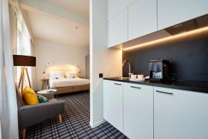 Een keuken of kitchenette bij Leopold Hotel Ostend