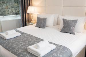 A bed or beds in a room at Edinburgh Castle Apartments