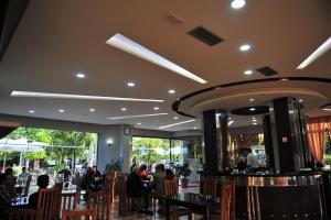 Un restaurante o sitio para comer en Hotel Blini