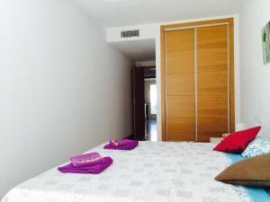 A bed or beds in a room at Apartamentos Benito Perez