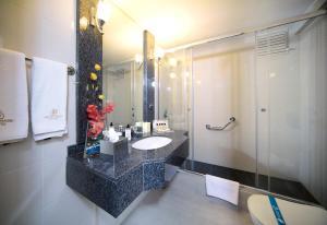 A bathroom at Germir Palas Hotel - Special Class