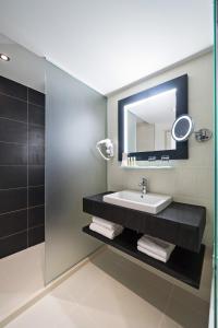 A bathroom at Golden Tulip Marseille Euromed