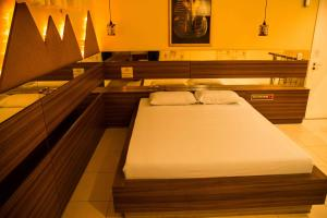 A bed or beds in a room at Motel Passione (Adult Only)