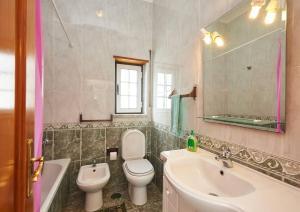 A bathroom at Surf Coxos Guest House