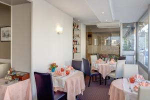 A restaurant or other place to eat at Logis de la Barque