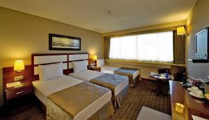 سرير أو أسرّة في غرفة في فندق جولدن سيتي اسطنبول