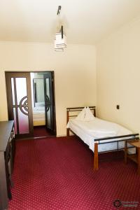 Un pat sau paturi într-o cameră la Pensiunea Schwartz