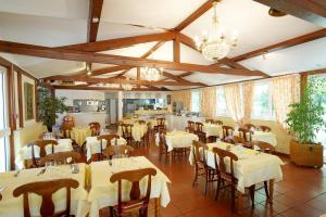 A restaurant or other place to eat at Comfort Hotel Strasbourg - Montagne Verte