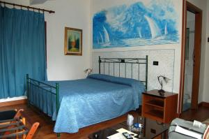 A bed or beds in a room at Hotel Leonardo