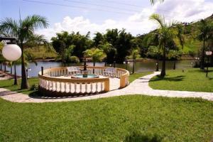 Um jardim em Hotel e Pousada Recanto do Rio Pardo