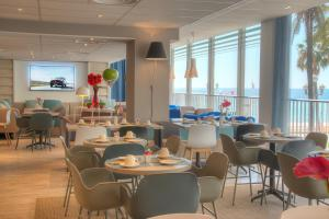 A restaurant or other place to eat at Mercure Nice Promenade Des Anglais