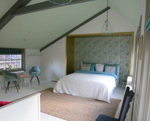 A bed or beds in a room at Heer&Meester Bed&Breakfast