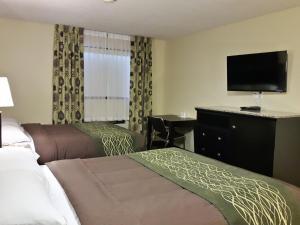 Кровать или кровати в номере Lacombe Motor Inn