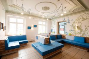 A seating area at HI Youth Hostel Lindau