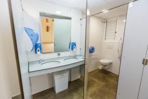 A bathroom at Albergue Arribada