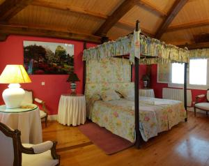 A bunk bed or bunk beds in a room at Hotel Rural Casa Xusto