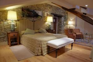 A bed or beds in a room at Hotel Rural Casa Xusto