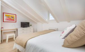 A bed or beds in a room at Porta Apartments by Irundo