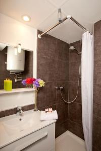 Salle de bains dans l'établissement Séjours & Affaires Grenoble Marie Curie