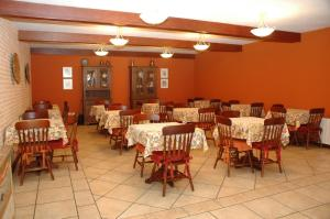 A restaurant or other place to eat at Pousada Chablis