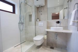 A bathroom at Villa Makarana Apartments