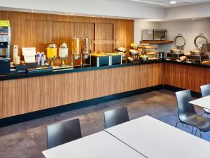 Un restaurante o sitio para comer en City Express Guadalajara Aeropuerto