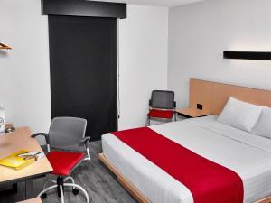 Cama o camas de una habitación en City Express Guadalajara Aeropuerto