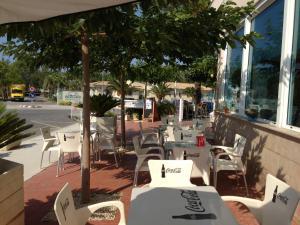 Un restaurante o sitio para comer en Hotel Mediterrani Blau