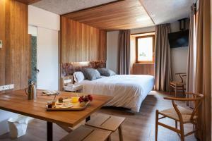 A bed or beds in a room at Palacio de Yrisarri by IrriSarri Land