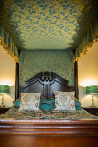 A bed or beds in a room at Balmuirfield House Bed and Breakfast