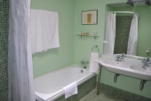 Un baño de Posada Real del Pinar