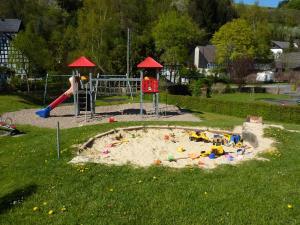 Ein Kinderspielbereich in der Unterkunft Ferienwohnung Helena