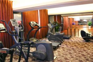 The fitness centre and/or fitness facilities at Hotel Landmark Canton