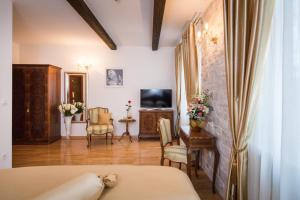 A television and/or entertainment centre at Priska Luxury Rooms