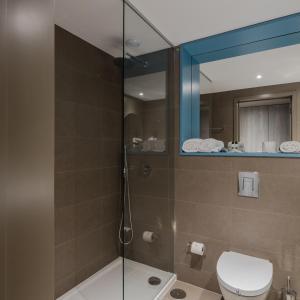 Uma casa de banho em Axis Ofir Beach Resort Hotel