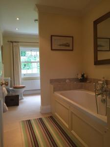A bathroom at Redmarley Bed & Breakfast