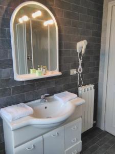 A bathroom at Hotel Baia Del Sole