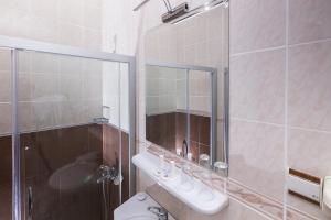 A bathroom at Hotel Club Phellos