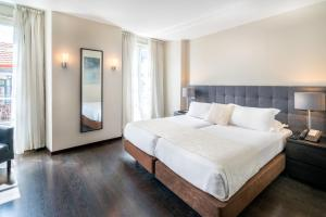 A bed or beds in a room at Rossio Garden Hotel