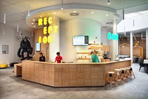 The lobby or reception area at Ibis Styles Budapest Center