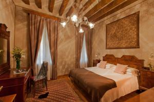 A bed or beds in a room at Hotel Saturnia & International