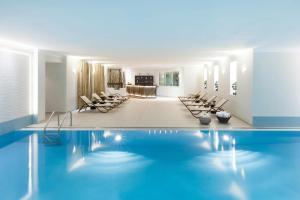 Der Swimmingpool an oder in der Nähe von Crowne Plaza Berlin City Centre, an IHG Hotel